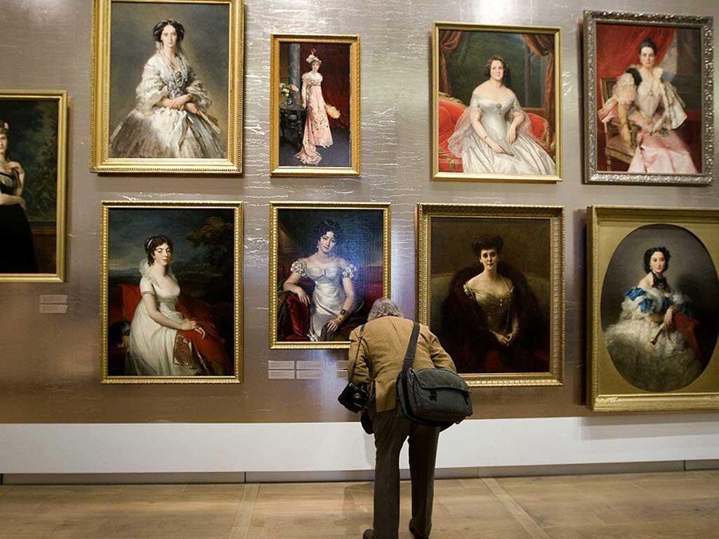Un visitatore solo dinanzi alcune opere d'arte
