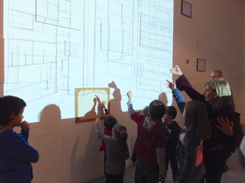 Visita gioco - Anna Bruno che illustra un opera durante una visita gioco